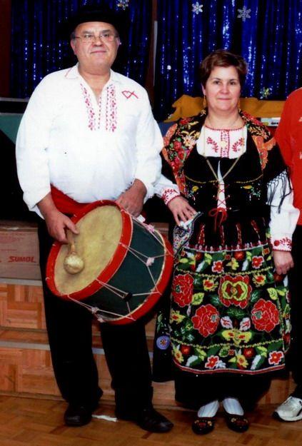 Musicien et danseuse ,chanteuse. Un couple en costume traditionnel portugais.