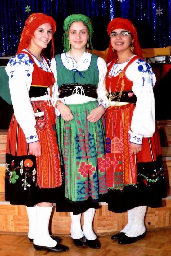Trois jeunes danseuses en costume traditionnel