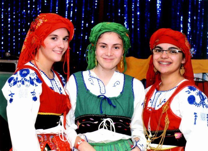 Trois jeunes danseuses en costume traditionnel portugais